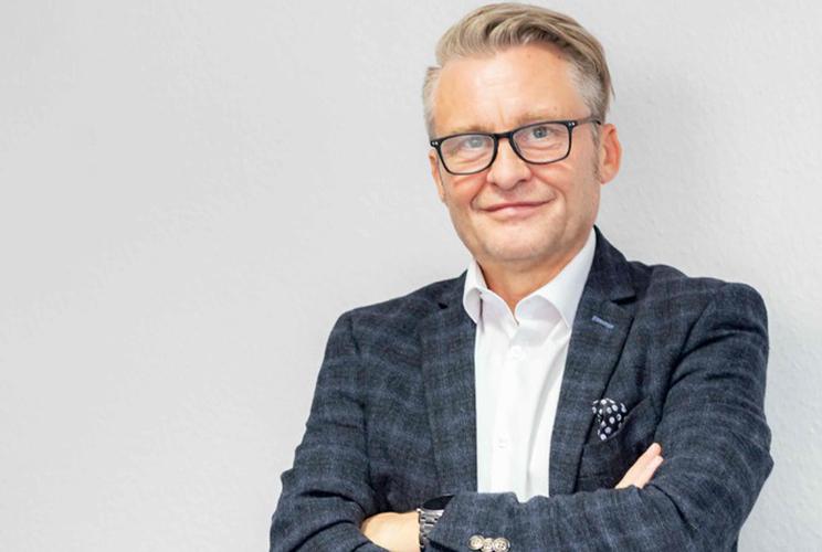 Portraitfoto von Herrn Hohmeyer, Chief Operating Officer bei der ratiokontakt GmbH, in blauem Sakko