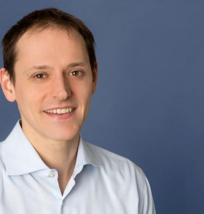 Portraitfoto von Bernhard Bicher, CEO der Onedot AG, in blauem Hemd
